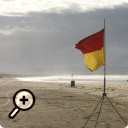 photo : Sur la plage, le drapeau.